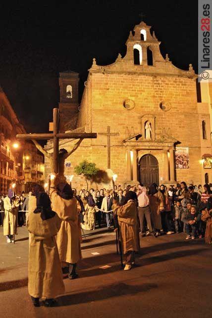 El Vía Crucis toma las calles del centro de Linares