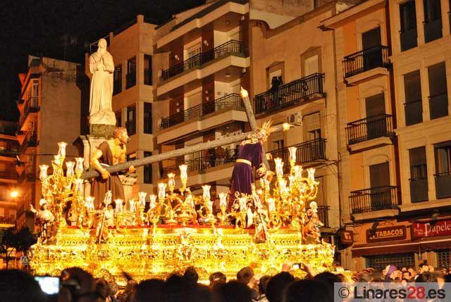 El Nazareno bendice a Linares pero la lluvia lo devuelve a su Templo