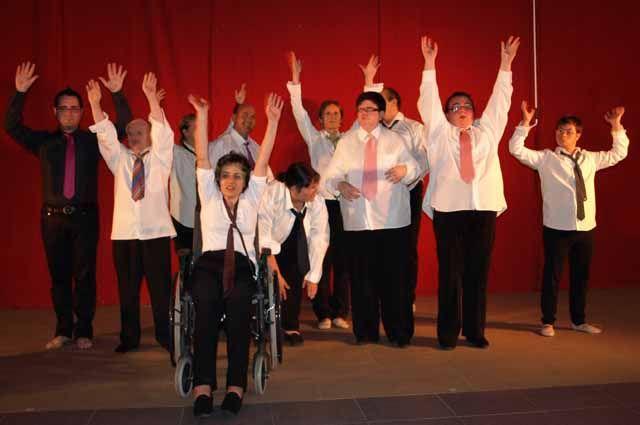 """Un grupo de personas discapacitadas representan en Los Villares el espectáculo de psicodanza """"Abre… tus ojos, tu mente, tu corazón y míranos"""""""