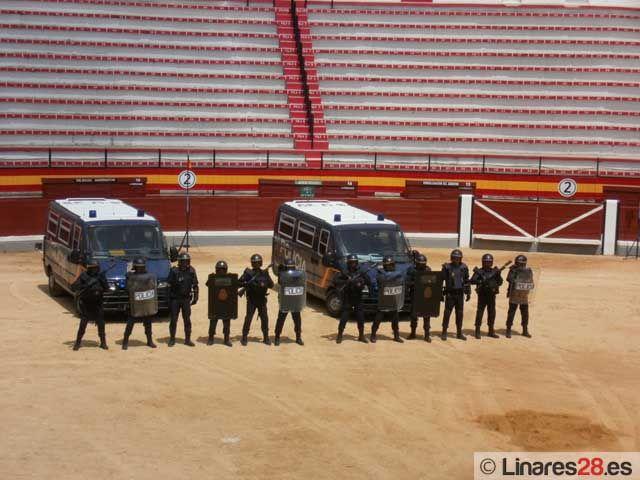 """Alumnos del """"Virgen de Linarejos"""" de Linares asisten a la exhibición de la Policía Nacional"""