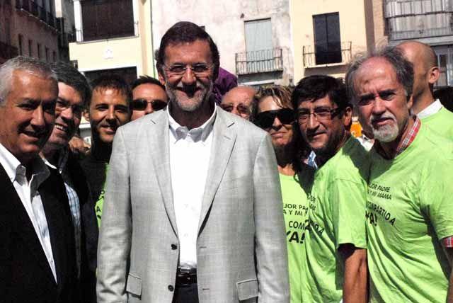 Miembros de la Asociación Jiennense de Madres y Padres por la Custodia Compartida con Mariano Rajoy en Jaén