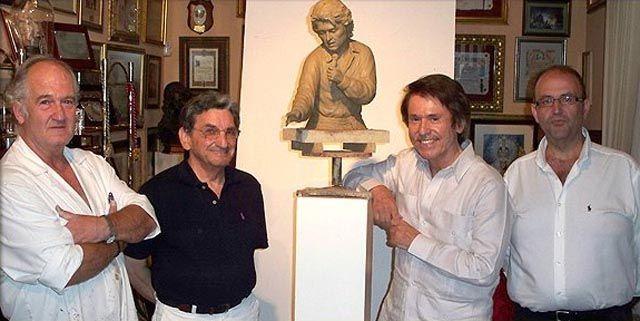TVE se hace eco de la recaudación de fondos para el monumento a Raphael en Linares
