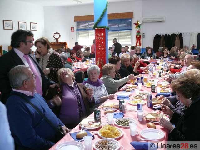 Los centros de día de Linares celebran sus tradicionales comidas de Navidad