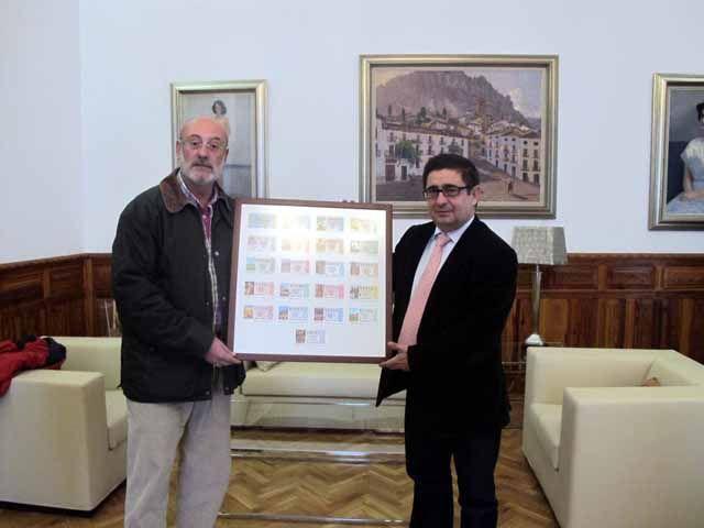 El periodista Alfonso Miranda dona a Diputación una colección de décimos de lotería dedicados a Jaén