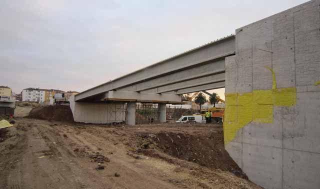 El Alcalde de Linares y representantes vecinales visitan las obras del nuevo puente entre Zarzuela y San José