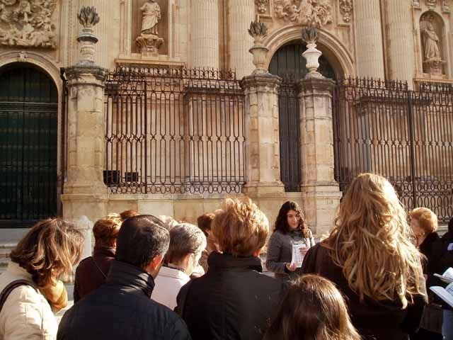 El  X Ciclo de Visitas Temáticas Guiadas a Jaén organizado por la UJA ha contado con más de 180 participantes