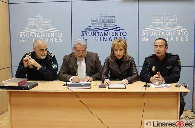 Firman un convenio en materia en actuación contra la violencia de género entre las policías local y nacional en Linares