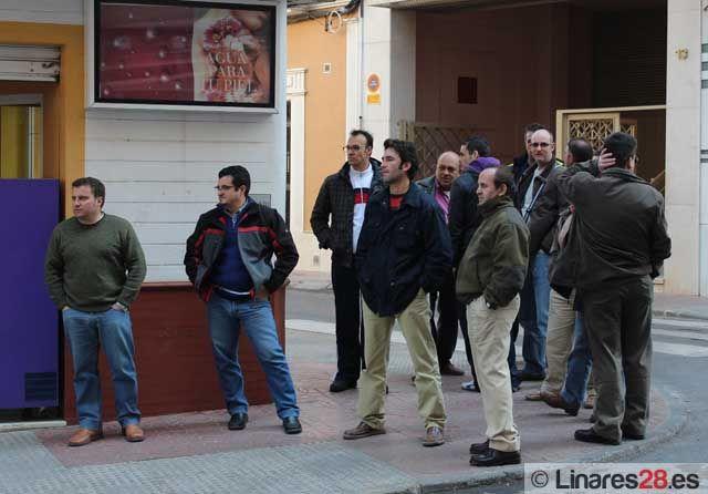 """Trabajadores del """"colectivo C"""" acuden a la Cámara de Comercio para entregar una carta al consejero Ávila"""