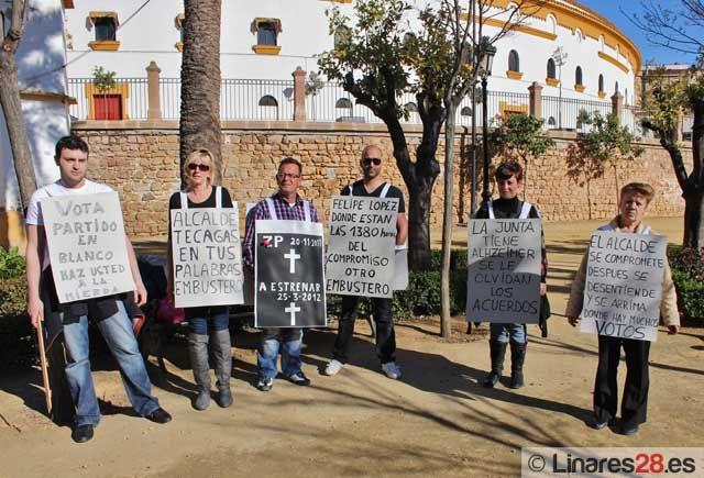 Los extrabajadores de geriátrico trasladan sus protestas a las calles de Linares