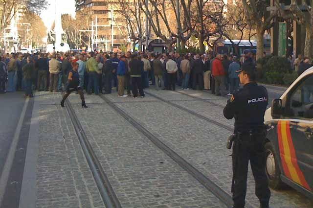 Unos 300 trabajadores de Santana cortan el tráfico junto al edificio de la Consejería de Empleo de Jaén