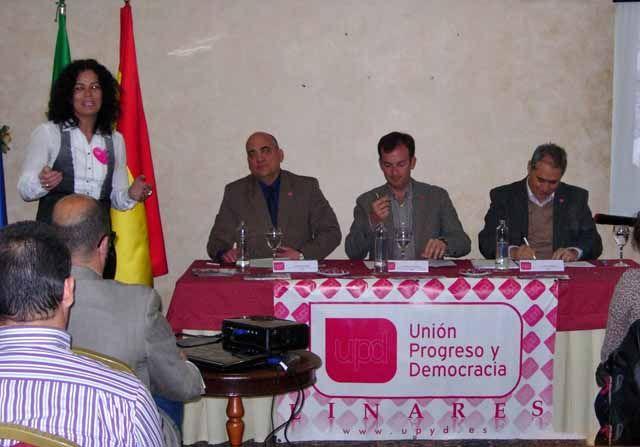 El candidato a la presidencia de la Junta de Andalucía por UPyD en un acto electoral en Linares