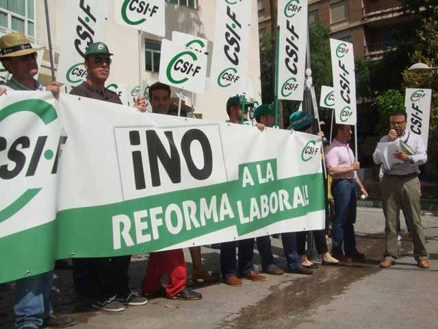"""CSIF-Jaén protesta contra una Reforma Laboral """"impuesta y sin consenso"""" ante la subdelegación del Gobierno"""