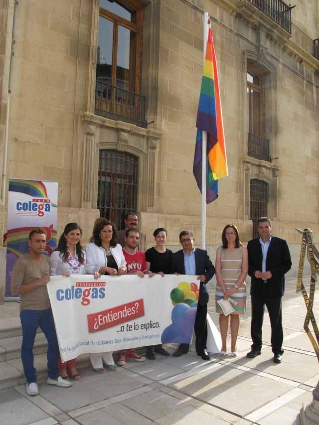 La bandera del arco iris ondea en el Palacio Provincial en el Día Internacional por los Derechos LGBT