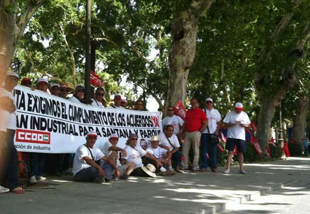 Los exsantaneros protestan al calor de Sevilla