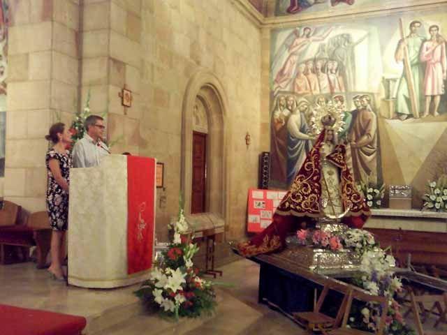 """Alumnas del """"Paulo Freire"""" ante la Virgen de Linarejos"""