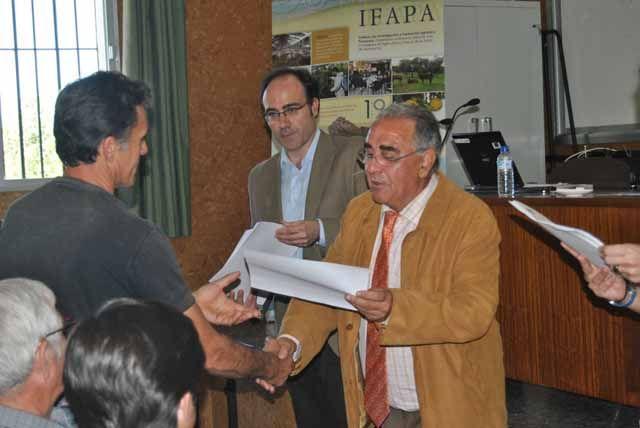 Un total de 65 olivicultores y técnicos conocen en el IFAPA los beneficios del uso del compost de alperujo para fertilizar el suelo