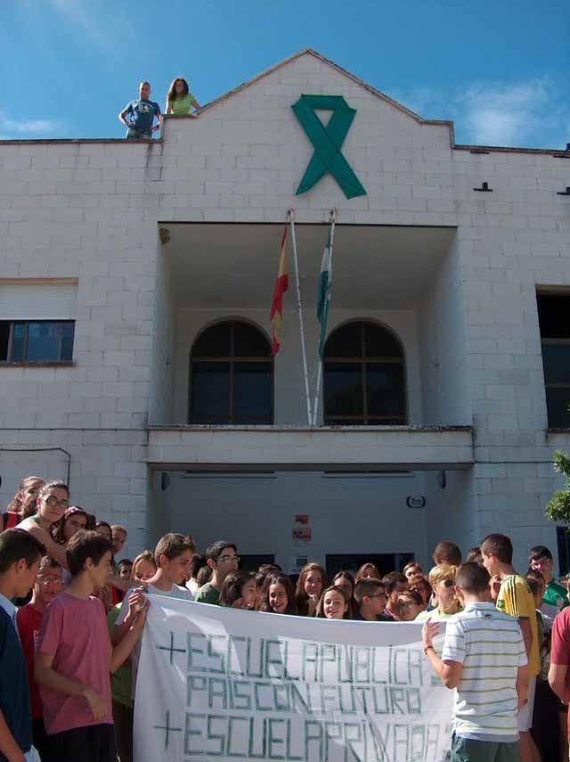 La comunidad escolar del IES Gil de Zático de Torreperogil sigue protestando por los recortes en educación