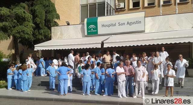 Trabajadores sanitarios de Linares se concentran en protesta por los recortes