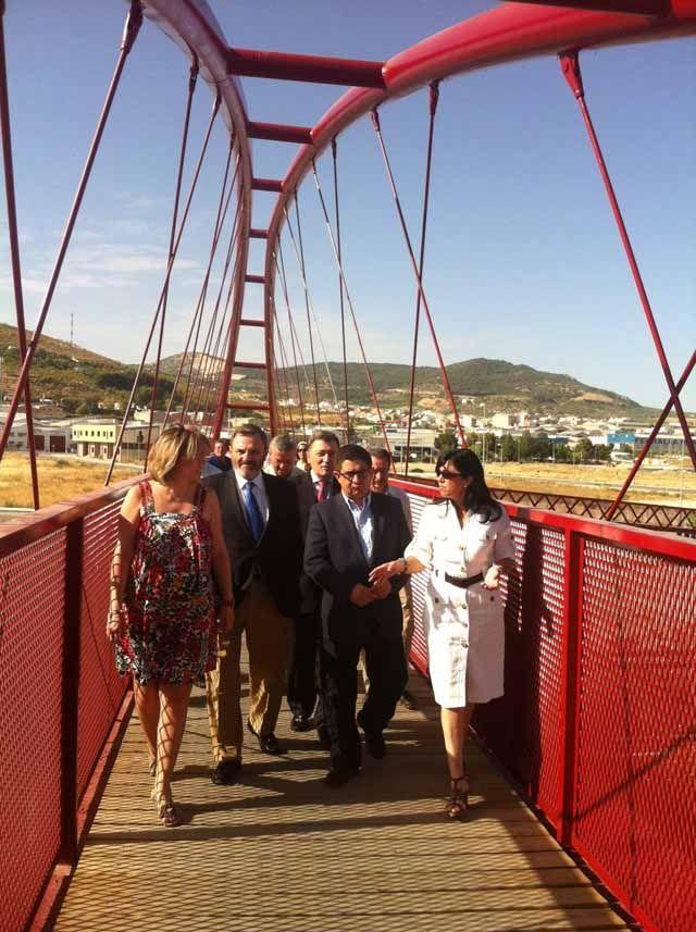 Una pasarela peatonal permite el paso de la Vía Verde del Aceite sobre la autovía A-316 en el entorno de Torredelcampo