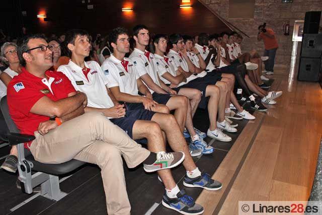 Los pequeños del CAB Linares se acercan a los jugadores de la Selección Española Sub-18 de baloncesto