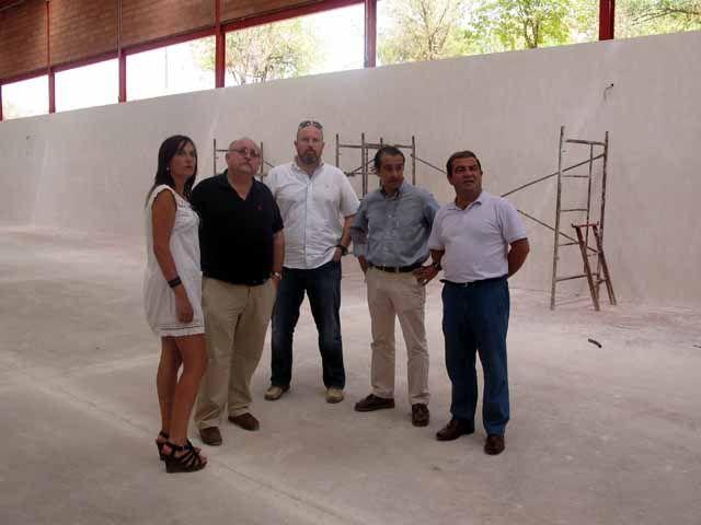 La construcción del pabellón polideportivo de Carboneros, en sus últimas fases de ejecución