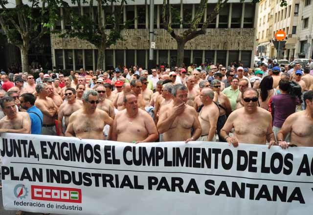 Extrabajadores y prejubilados de industrias linarenses ocupan en Jaén la Delegación de Empleo