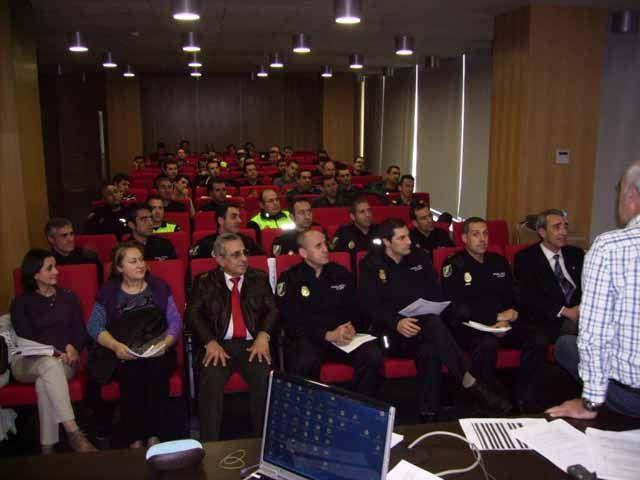 Forman a policías locales de Linares sobre la normativa en espectáculos públicos y actividades recreativas