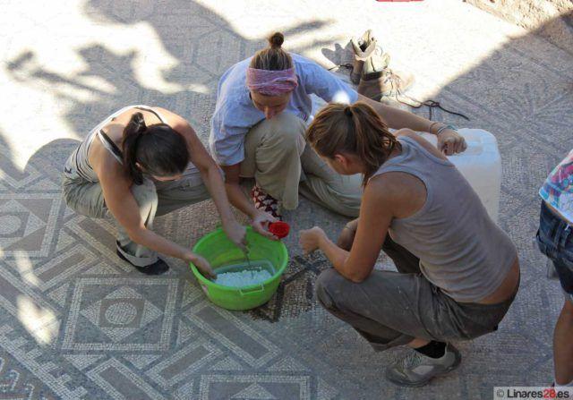 Arqueólogos en el yacimiento de Cástulo