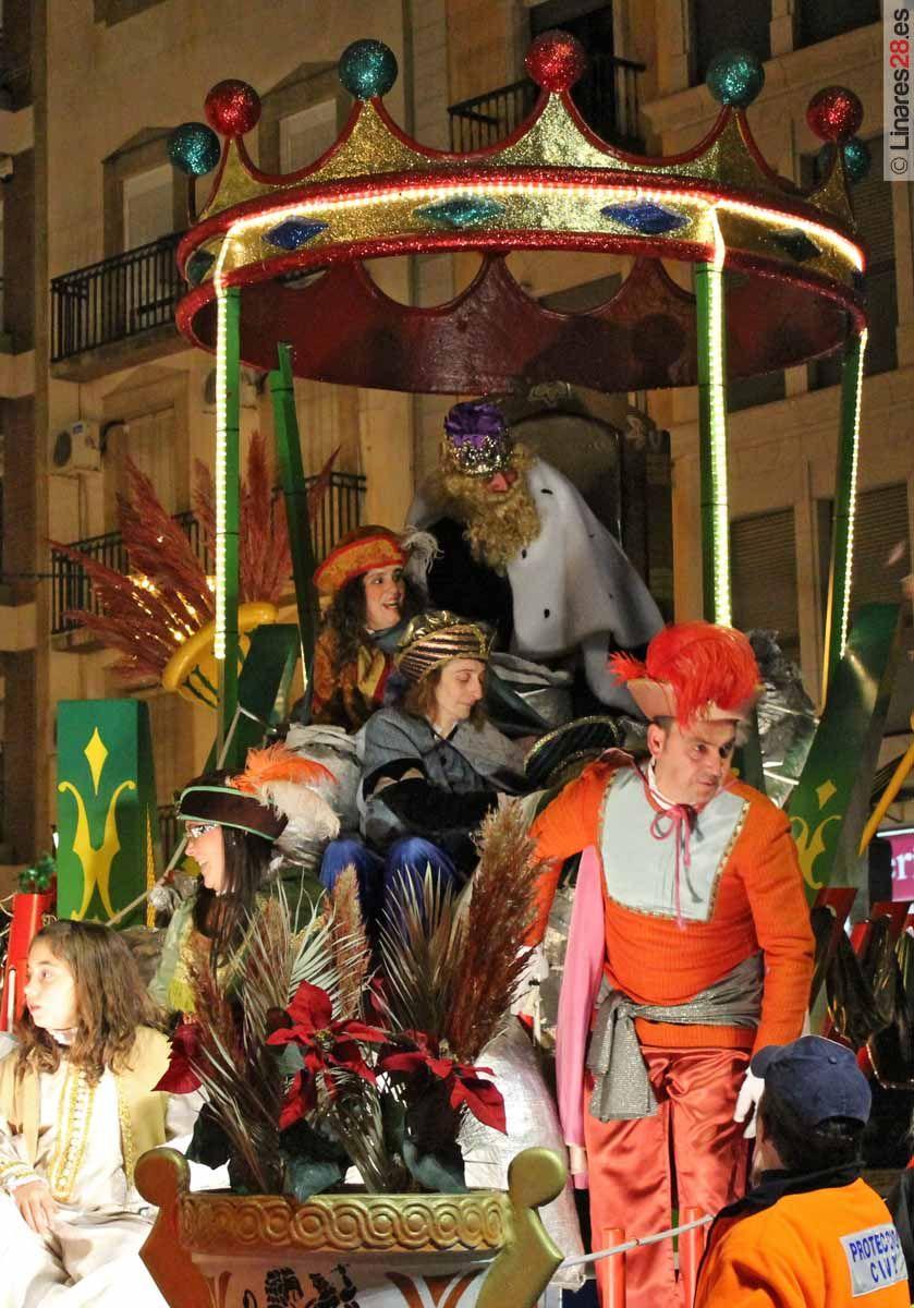 Miles de personas inundan las calles de Linares para recibir a los Reyes Magos