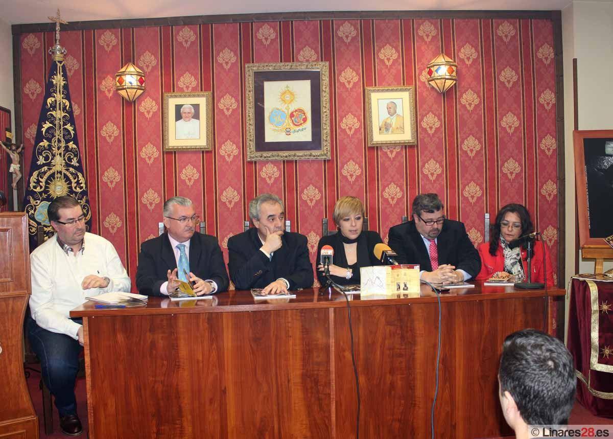 """Presentan la """"Cruz de Guía"""" de la Semana Santa de Linares 2013"""