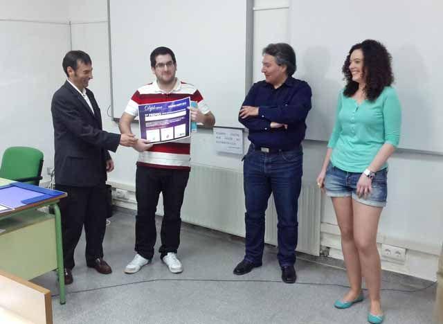 Ganador de premio a la mejnor aplicacion para dispositivos moviles junto con los miembros del jurado