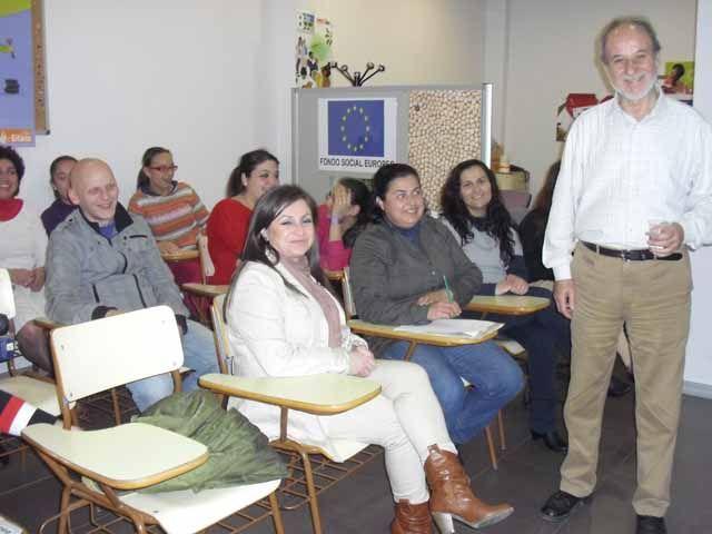 Sesión informativa de FACUA en la sede de la Fundación Secretariado Gitano de Linares