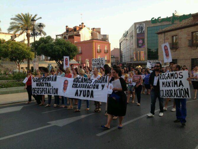 En estos momentos, familiares y amigos del linarense desaparecido se manifiestan en las calles