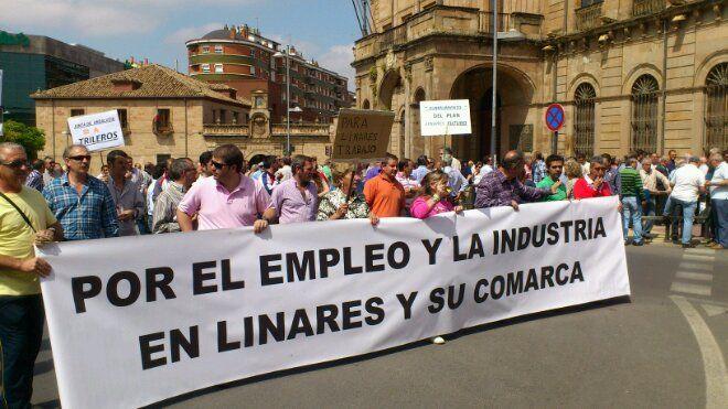 En estos momentos concentración y marcha por un Plan Industrial para Linares