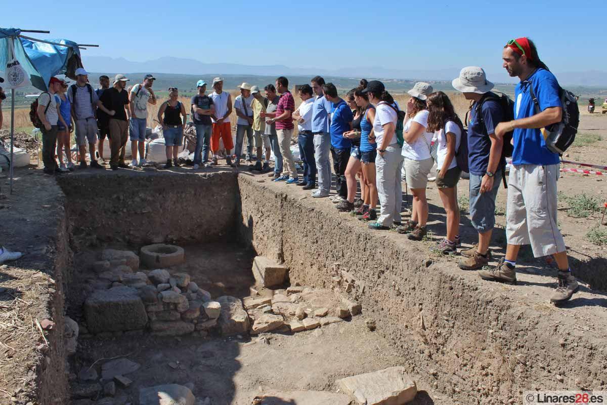 Jóvenes de diferentes comunidades autónomas participan en el campo de trabajo del yacimiento arqueológico de Cástulo