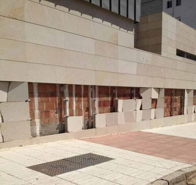 Ángeles Isac exige responsabilidades sobre la construcción y mantenimiento del Centro de Salud de Arrayanes