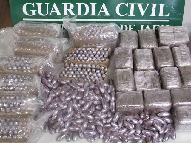 La Guardia Civil, ha decomisado en dos intervenciones, cerca de 20 kilogramos de hachís y ha detenido a dos personas