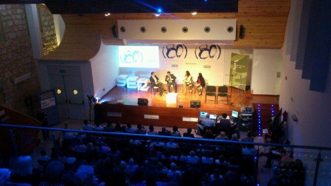En estos momentos,  Radio Linares celebra su 80 aniversario con los oyentes