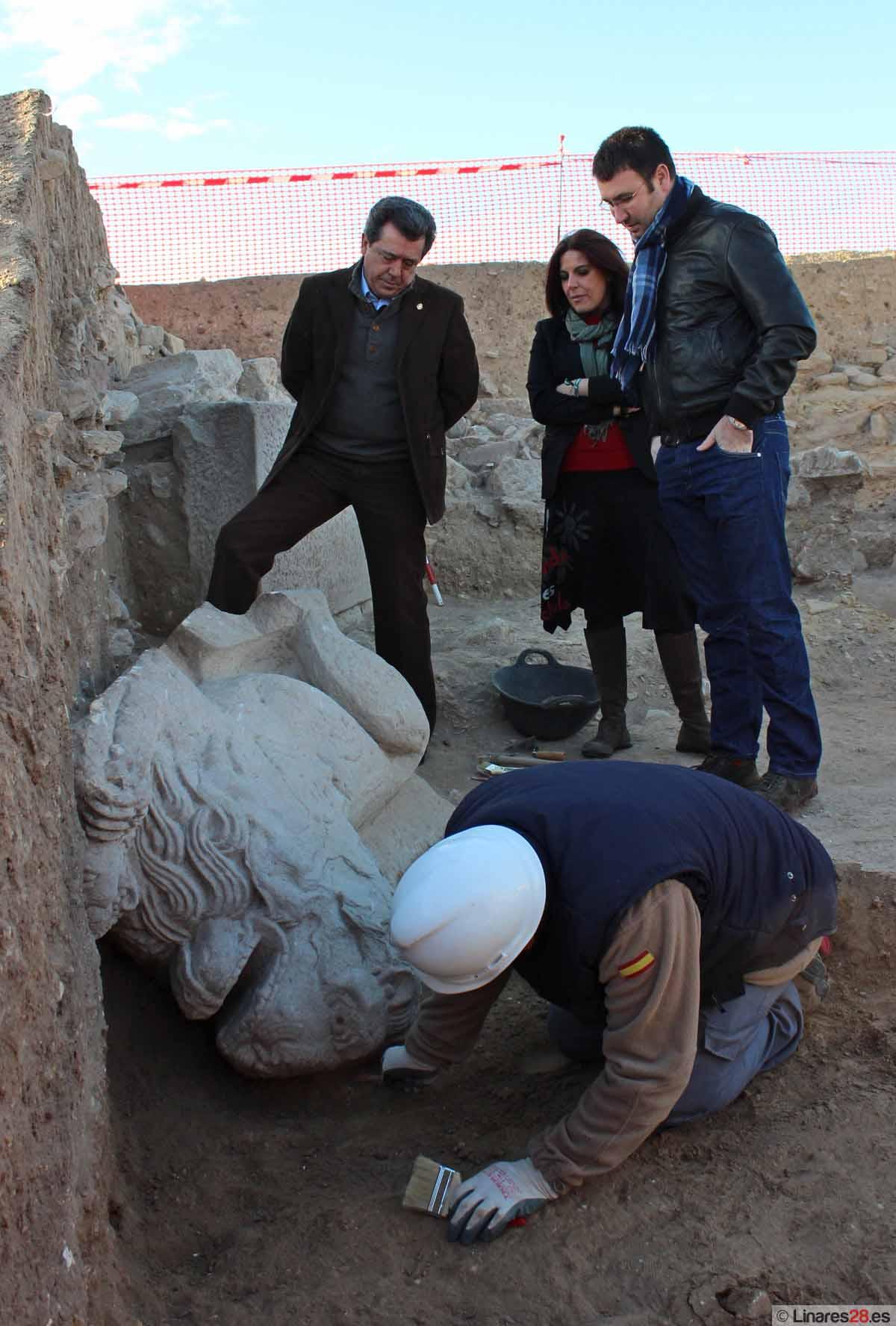 Las excavaciones en la muralla de Cástulo permiten hallar la escultura de un león
