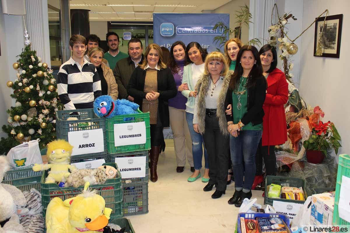 Nuevas Generaciones y el Área de  Bienestar Social entregan a Cáritas los alimentos, ropa y juguetes recogidos en la campaña 'Un kilo, una sonrisa'