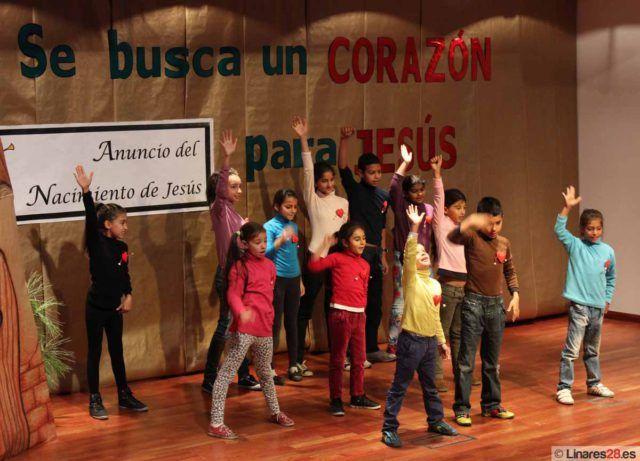 Niños en el escenario del auditorio