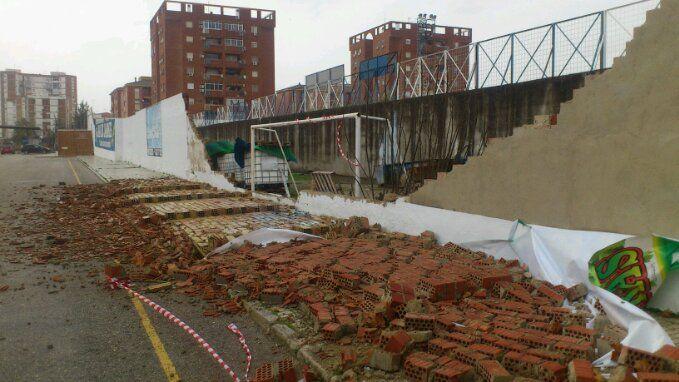 Se desmorona un muro del Estadio de Linarejos