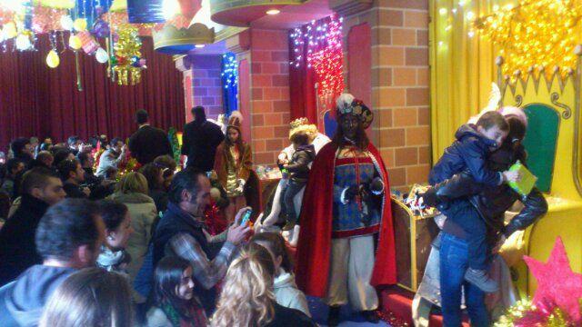 Los Reyes reciben a los niños en la Estación de Madrid