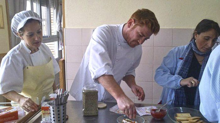 El cocinero linarense Rául Gómez visita el CDPEE Virgen de Linarejos