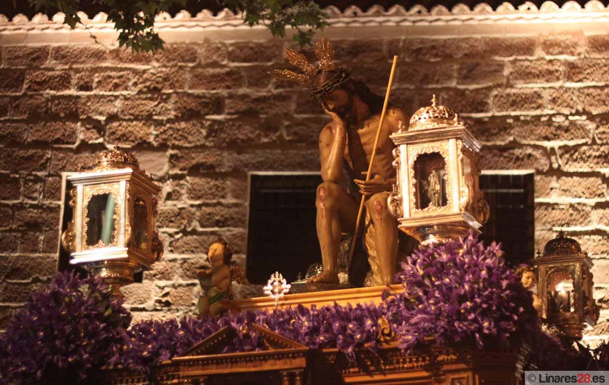 La Vera Cruz llena de silencio y solemnidad las calles de Linares