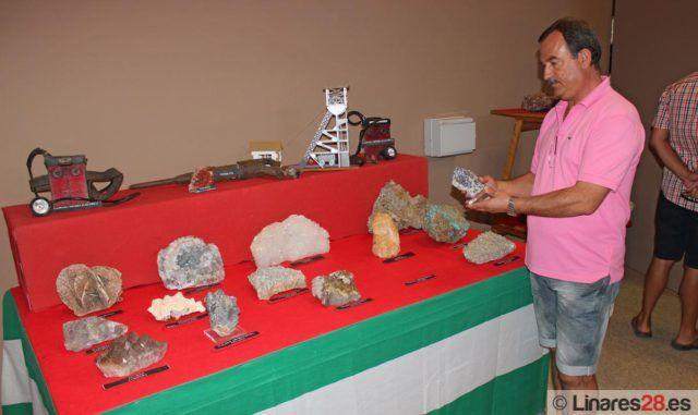 Julio Lardín observando una de las piezas