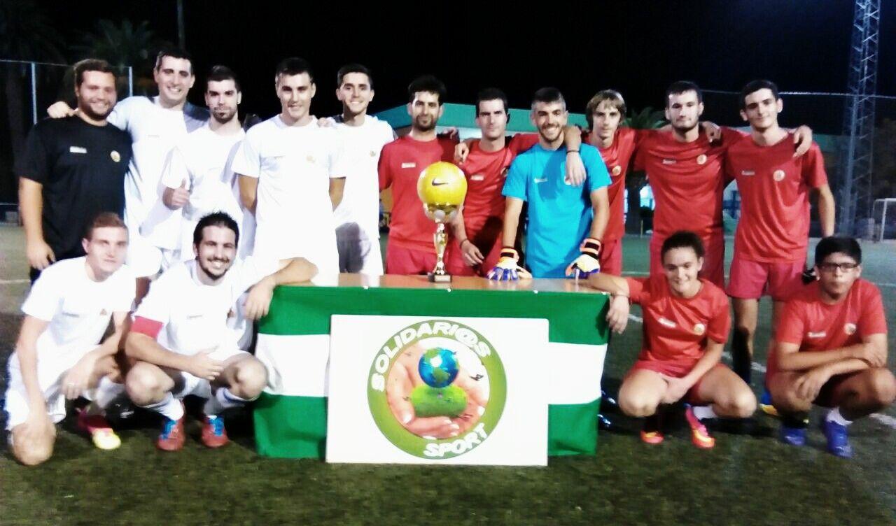 Más de 40 jóvenes participan en un partido de fútbol solidario