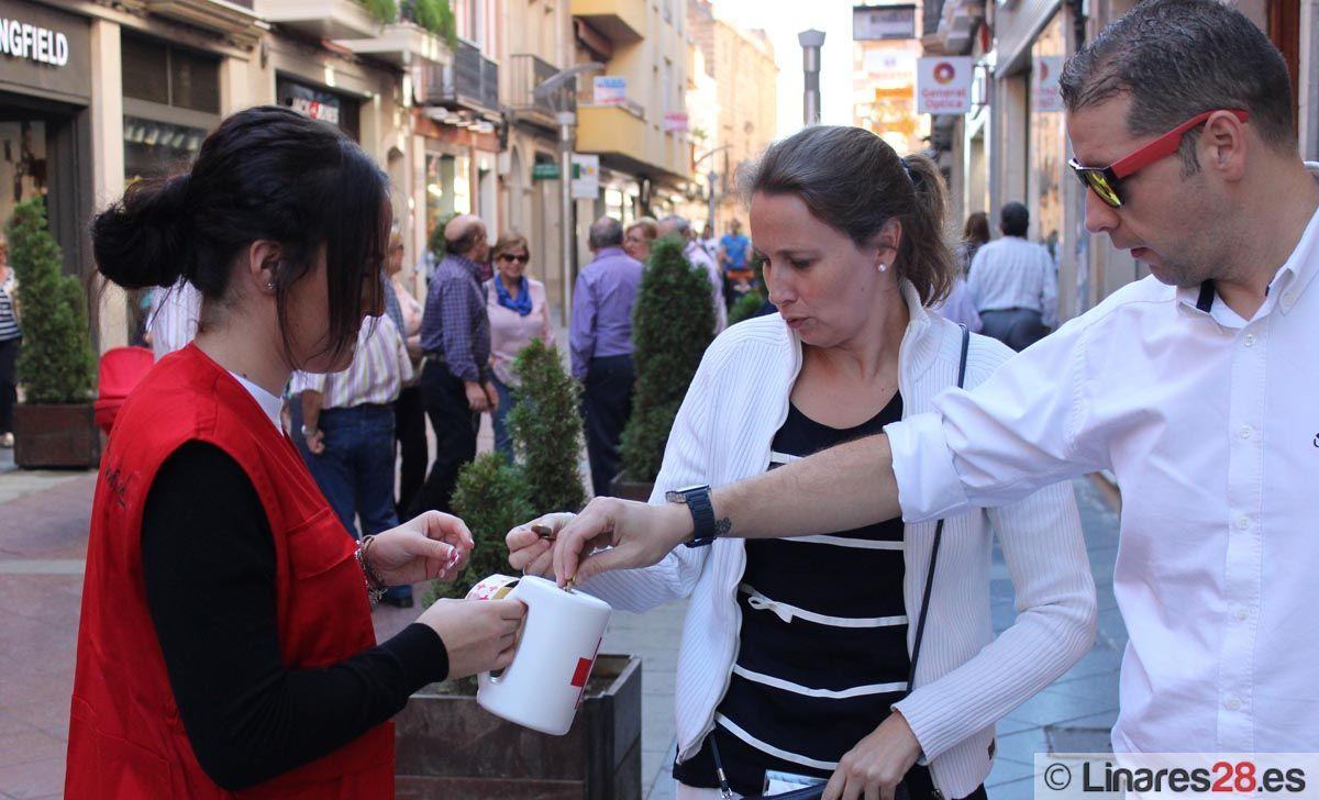 Viandantes haciendo su donación a Cruz Roja Linares