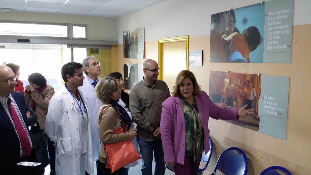 La Junta promueve el acogimiento familiar con una exposición fotográfica en el Hospital de Linares