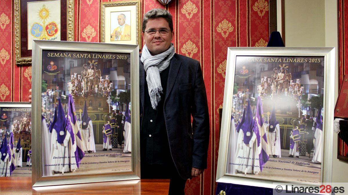 Miguel Ángel Cañizares junto al cartel